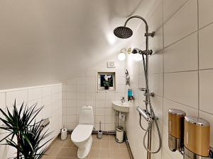 A bathroom at Woodstock B & B Studios