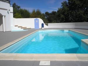 The swimming pool at or near Vivenda Pirilampo