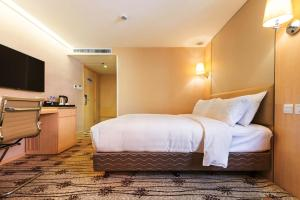A bed or beds in a room at Metropark Hotel Mongkok