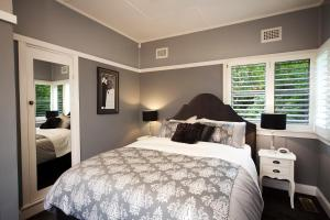 A bed or beds in a room at Mountain Whispers The Gatsby