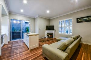 A seating area at Aloha Central Luxury Apartments