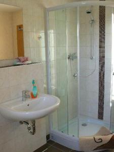 A bathroom at Zimmervermietung-Heide-Fiege