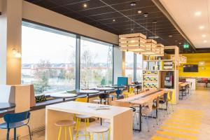 A restaurant or other place to eat at ibis Styles Geneve Palexpo Aeroport