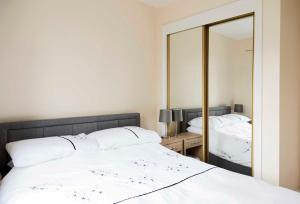 A bed or beds in a room at Stewarton apartments