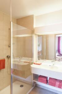 A bathroom at Hotel Les Remparts