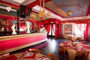 Un restaurante o sitio para comer en Albergo Hotel