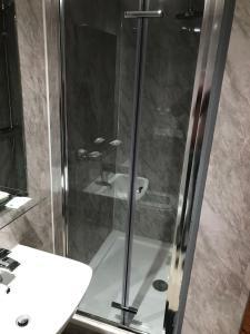 A bathroom at London Shelton Hotel