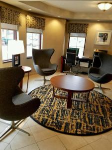 A seating area at Best Western On The Avenue