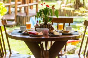 Breakfast options available to guests at Pousada Torre Del Mar