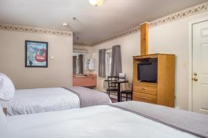 A bed or beds in a room at Mountain Village Lodge