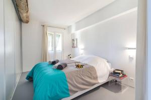 A bed or beds in a room at ROSS 5- F2, LUMINEUX, BALCON, LOFT, CLIM, Vieux-Nice