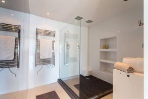 A bathroom at ROSS 5- F2, LUMINEUX, BALCON, LOFT, CLIM, Vieux-Nice