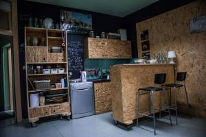 Cuisine ou kitchenette dans l'établissement Hostel Samobor