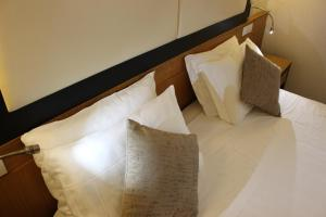 A bed or beds in a room at Hotel Daniel