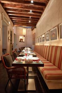 A restaurant or other place to eat at Hotel Boutique Corral del Rey