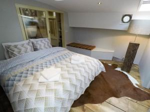 A bed or beds in a room at Boutique Houseboat Johanna