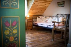 Łóżko lub łóżka w pokoju w obiekcie Willa Szara Sowa