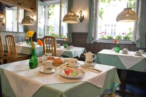 A restaurant or other place to eat at Hotel Till Eulenspiegel - Nichtrauchhotel -