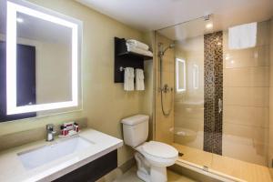 A bathroom at Ramada by Wyndham Jacksons Point