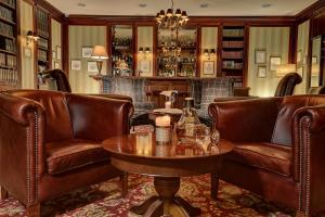 The lounge or bar area at Marrol's Boutique Hotel