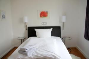 A bed or beds in a room at Designhotel 1690 & Apartments