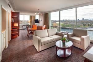 A seating area at Hilton Lac-Leamy