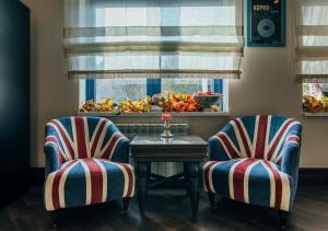 A seating area at Britanika Hotel
