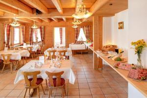 Ein Restaurant oder anderes Speiselokal in der Unterkunft Alpengasthof Hörnlepass Kräuterhotel