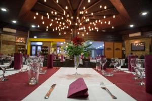 A restaurant or other place to eat at Motel Stari Hrast