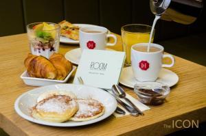 אפשרויות ארוחת הבוקר המוצעות לאורחים ב-The ICON Hotel & Lounge