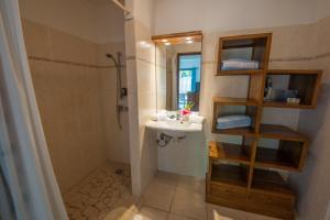 A bathroom at Ninamu Lodge