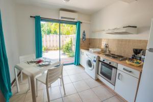 A kitchen or kitchenette at Ninamu Lodge