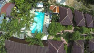 Ein Blick auf den Pool von der Unterkunft Bee Nat Garden Resort oder aus der Nähe