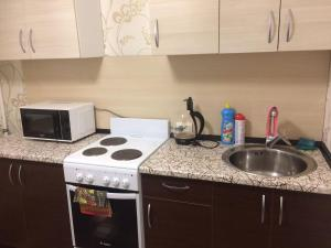 A kitchen or kitchenette at Apartments Мира 2 Б