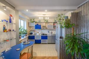 A kitchen or kitchenette at Apartment Kuibyshieva 69