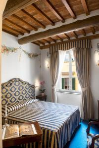 A bed or beds in a room at Hotel Relais Dell'Orologio