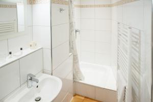 A bathroom at Barcelona Bed & Breakfast