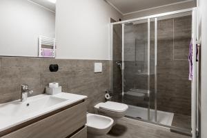 A bathroom at Lake Como Apartments
