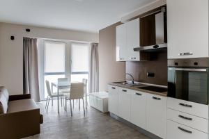 A kitchen or kitchenette at Lake Como Apartments