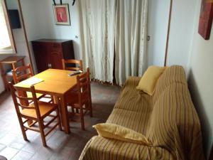 A seating area at Apartamentos Asador De La Plaza Vieja