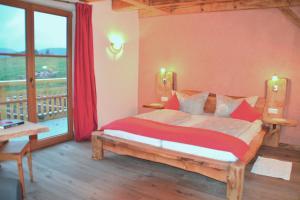 Ein Bett oder Betten in einem Zimmer der Unterkunft Fehrenbacherhof Naturgästehaus