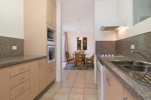 A kitchen or kitchenette at Palm Cove Penthouse