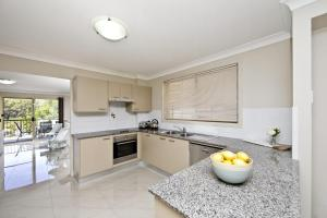 A kitchen or kitchenette at Aqua Lagoon - Great Family Beach Getaway