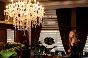 De lobby of receptie bij Hotel Royal