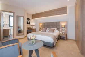 سرير أو أسرّة في غرفة في Lamaraz Arts Hôtel