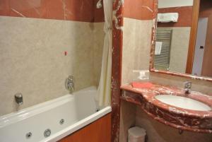 A bathroom at Grand Hotel la Chiusa di Chietri
