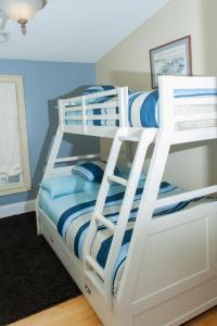 Двухъярусная кровать или двухъярусные кровати в номере Naomi's Inn Bed & Breakfast