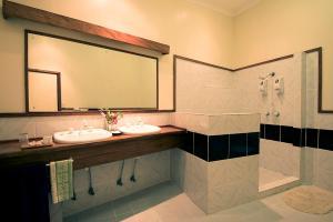 A bathroom at Tawali Resort