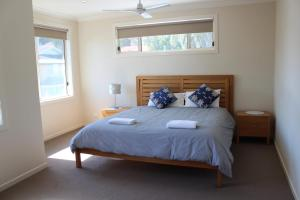 A bed or beds in a room at Sawtell Swells