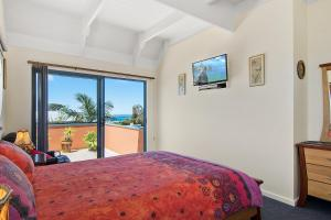A bed or beds in a room at Black Dolphin Beach Penthouse